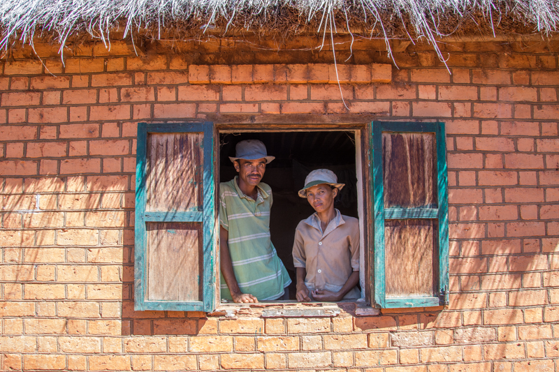 François et sa femme à la fenêtre de leur maison